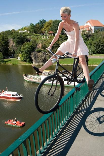 Model auf dem Geländer der Giebichensteinbrücke