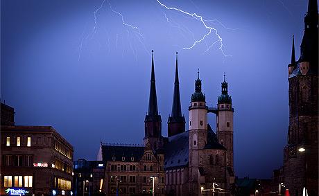 Blitz über der Marktkirche in Halle
