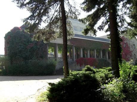 Blick auf die Feierhalle des Gertraudenfriedhof