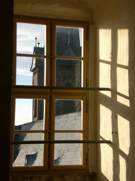 Fenster mit Blick auf das Kirchendach