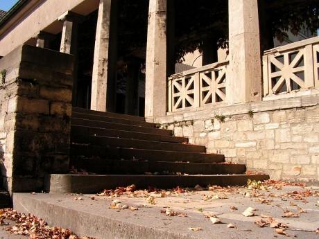Herbstlaub auf der Treppe