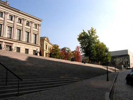 Lange Treppe am Uniplatz