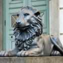 Löwe vor dem Löwengebäude