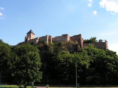Burg Giebichenstein von der Saale betrachtet