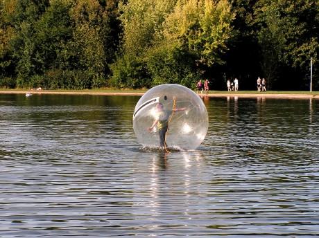Riesenball im Wasser