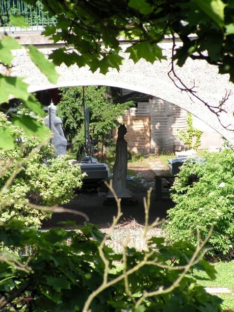 Skulptur unter der Kröllwitzbrücke