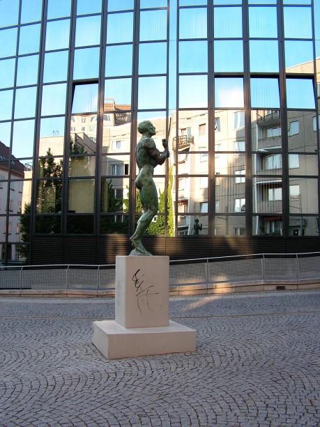 Skulptur vor Glasfassade