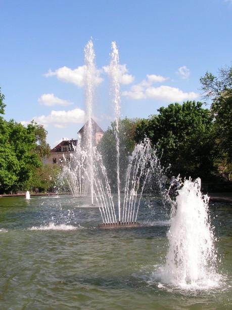 Springbrunnen mit Blick zur Post – Hochformat