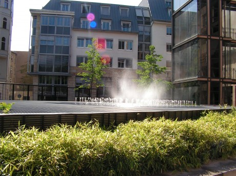 Springbrunnen über dem Parkhaus
