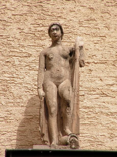 Statue am Portal im Innenhof