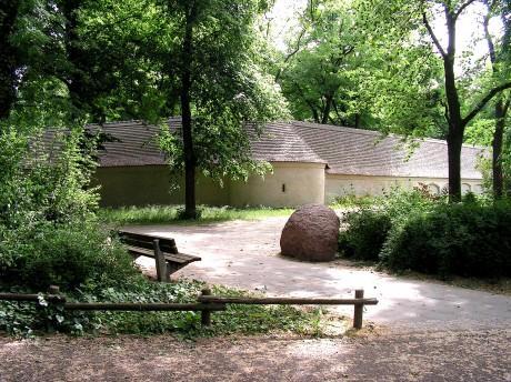 Stein und Parkbank