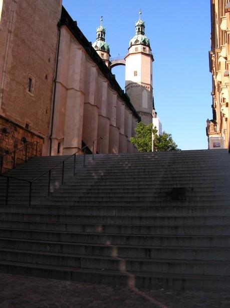 Treppe vor dem Kirchenschiff
