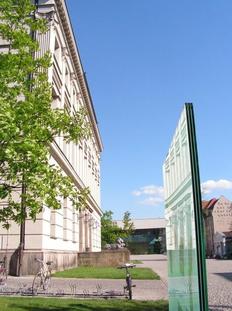 [lang_de]Wegweiser am Löwengebäude[/lang_de][lang_en]Guidepost at the Löwengebäude[/lang_en]